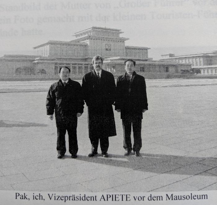 Vor dem riesigen Mausoleum des Diktators